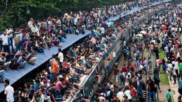 Ny FN-prognose forudser stærkere befolkningstilvækst end hidtil ventet. Vækstraterne er højest i Afrika, men Indien bliver den folkerigeste nation. Mange steder vil befolkningspresset øge presset på ressourcer og klima samt forstærke konflikter og migration