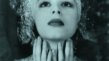 Nini Theilade var bare 20 år, da Max Reinhardt i 1935 lod hende skabe koreografien til Hollywood-filmatiseringen af 'A Midsummernights Dream' – med hende selv i rollen som den sensuelle alf med glitreøjne og sensuelle fingre. Arkiv