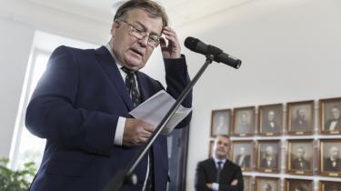 Claus Hjort Frederiksen overtog finansministerposten fra Bjarne Corydon efter valget. Nu vil han tage sin forgængers salg af Dong til Goldman Sachs op i Folketinget.