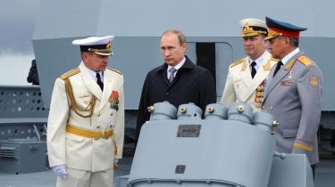 Vladimir Putin og forsvarsminister Sergei Shoigu (til højre) taler med to officerer under Flådens Dag i Baltijsk 26. juli. En ny russisk doktrin bekendtgør, at NATO er den største trussel for Rusland i Atlanterhavet.