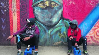 Ruben Flores (th.) og hans ven venter på kunder ved hver deres skopudsningskasser. I Bolivia er det et af de job, der har lavest status, og skopudserne skjuler derfor deres ansigter for ikke at blive genkendt.
