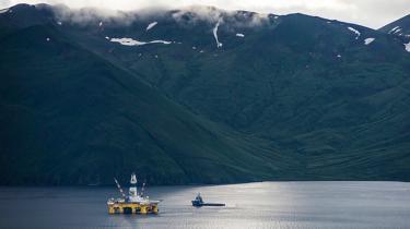 Stik mod alle eksperters forventninger falder olieprisen til stadig lavere niveauer. Det forvandler hele markedssituationen, og udstiller Shell som en stærkt risikobetonet spiller med det arktiske miljø som indsats