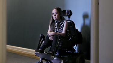 'Både som kørestolsbruger og som lesbisk løber man panden mod normalitetens mur, fordi samfundet er indrettet af et flertal, man ikke selv tilhører,' siger Sarah Glerup