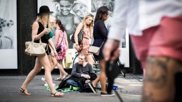 Krølle tigger foran Illum i København for at få penge til sin coke. Information fulgte med ham på jobcentret.