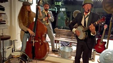 Skuespilleren og sangeren Lasse Popp håndterer både banjo og kvinder overbevisende i sin Tom Waits-druktur under intimteaterkoncerten 'Træt lever og tungt hjerte'.