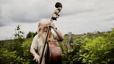 Kontrabassisten Hugo Rasmussen var med alle vegne i dansk musikliv. Kendt som en af landets bedste jazzbassister og ikke for fin på den til at omfavne underholdningsbranchen. Efter års sygdom er den elskede musiker nu forstummet