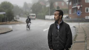 Simon Teclemarian Habtegergish bor nu i Hadsten med sin kone. Hans vej til Danmark har været lang og med livet som indsats, og derfor drømmer han om et system, hvor man kan søge asyl uden for Europa.