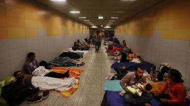 På banegården i Budapest overnatter nogle af de flygtninge, som er strandet på deres rejse mod Østrig og Tyskland.