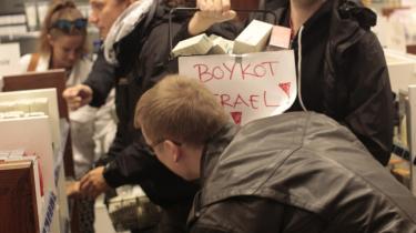 Aktion Palæstina forsøgte søndag i Magasin at råbe forbrugere, ekspedienter og politikere op med en aktion mod Ahavaprodukter, som bliver produceret i en israelsk bosættelse på Vestbredden.