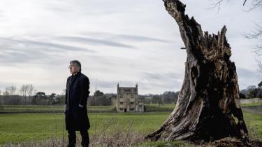 Den britiske forfatter Kazuo Ishiguro er aktuel med romanen 'Den begravede kæmpe', en slags allegori over det 20. århundredes konflikter og ulykkeligheder.
