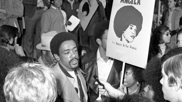 Bobby Seale, medstifter af De Sorte Pantere, til demonstration for frigivelse af Angela Davis, der i 1970 var involveret i en meget omtalte kriminalsag om drabet på dommeren Harold Haley. Davis blev senere frikendt. Hverken hun eller Bobby Seale ville medvirke i 'The Black Panthers: Vanguard of the Revolution'.