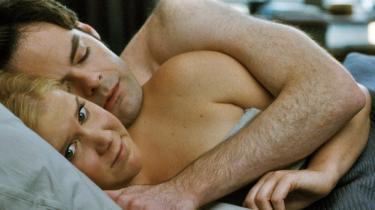 Amy (Amy Schumer) er inkarneret single og går kun i seng med mænd for at blive tilfredsstillet, og bagefter sniger hun sig ud eller får mændene til at gå. Men Aaron (Bill Hader) vil bare gerne se hende igen. Og han finder sig også i alle hendes mærkelige regler om at holde afstand og trække vejret lydløst, da de første gang skal sove i den samme seng.