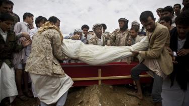 Houthier begraver en anden Houthi, der blev dræbt under et Saudiarabisk luftangreb i Sanaa i Yemen.