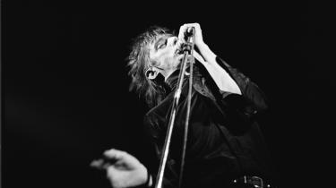 Det ville være ublu at påstå, at jeg i en alder af knapt 14 allerede omfavnede og forstod det, der skete, da jeg første gang satte Einstürzende Neubauten på mit konfirmationsanlæg, skriver Espen Fyhrie om sin livslange kærlighed til bandet. Her er det Blixa Bargeld og resten af Einstürzende Neubauten på scenen i Holland i september 1989.