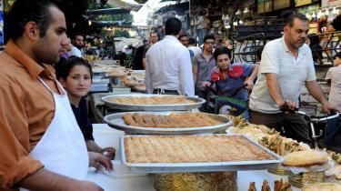 Dagligdagen fortsætter side om side med hyppige morterangreb i det krigsplagede Syrien. Her på et populært marked i Damaskus. Ammar/Polfoto