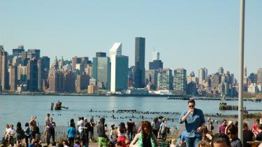 New York er præget af lyst og spontanitet, og det får blandt andet new yorkerne til at mødes til midlertidige happenings og mærkværdige fester uforudsigelige steder i byen.