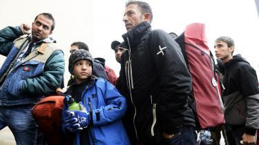 Flygtninge ankommer til den finske grænseby Tornio fra Haparanda på den svenske side. Trafikken gennem flygtningeslusen oppe i bunden af Den Botniske Bugt har givet anledning til konflikter mellem Sverige og Finland.
