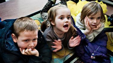 Det er skadeligt for børnefamilierne og hele arbejdsmarkedet i det lange løb, at finansministeren nu vil skrotte den tidligere regerings børneudspil, mener kritikere