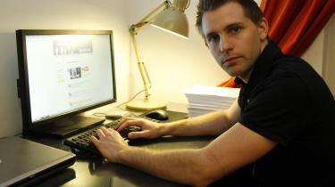 Den 28-årige østrigske privatlivsaktivist Max Schrems satte gang i sagen, der førte til dommen ved EU-Domstolen. At være europæisk bruger hos Facebook betyder, at nogle eller alle ens data overføres fra Facebooks irske afdeling til servere i USA, hvor dataen behandles. Det valgte Max Schrems at klage over til det irske datatilsyn med henvisning til Edward Snowdens afsløringer af USA's overvågningsprogrammer
