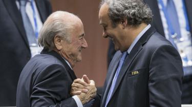 Michel Platini ønsker Sepp Blatter tillykke med genvalget som FIFA-præsident tidligere på året. Men ellers er deres indbyrdes forhold ikke præget af hjertelighed.