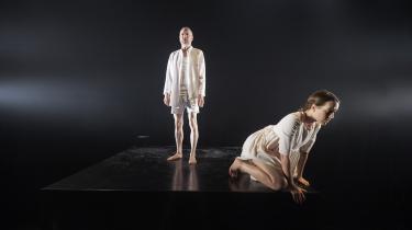 I teaterforestillingen 'ROSE' på Team Teatret er den unge skuespiller Sofie Ancher Vea uafrystelig i rollen som datteren, hvis far aldrig er kommet sig over sine traumer fra sin tid som flygtning.