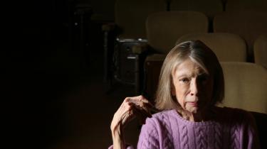 'Didions litterære tilgang var at beskrive en given overflade så detaljeret, at dens dybder viste sig,' skriver Tracy Daugherty om Didions særegne journalistiske metode.