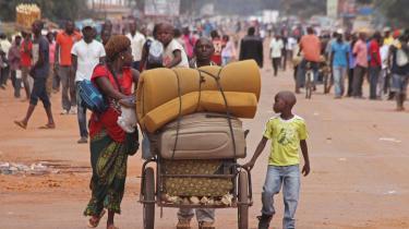 En familie på flugt med deres ejendele i Bangui, Den Centralafrikanske Republik.