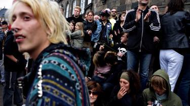 Forringelsen af dagpengene er en længere historie. Allerede i 2006 demonstrerede cirka 70.000 på Christiansborg Slotsplads mod Fogh-regeringens nedskæringer i blandt andet dagpengene.
