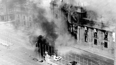 Det chilenske præsidentpalads La Moneda var indhyllet i røg, da det i 1973 blev angrebet af den chilenske hær under ledelse af general Augusto Pinochet.