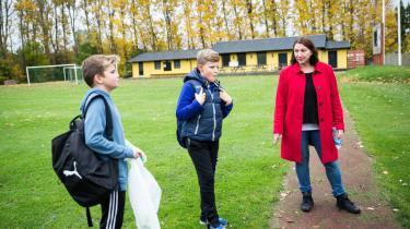 Information er taget til et Sverige splittet i to. De positiveog de kritiske. Det er nemt at få de positive i tale.Anja Villaume og hendes søn Linus (t.h.) fortæller, atder,de fleste dage, opstårspontan fodboldkamp mellem skolens børn og flygtningene. 'En af dem er faktisk vanvittigt god,' siger en begejstret far om en af flygtningedrengenes fodboldevner.