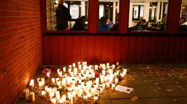 Lys brænder til minde om de to dræbte og to hårdt sårede, som den 21-årige Anton Lundin Pettersson i torsdags huggede ihjel med et sværd på Kronan-skolen i Trollhättan i Sverige.