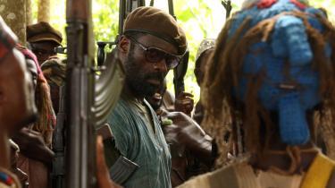 Commandant, der spilles af Idris Elba, har karismatiske lederegenskaber, som får hans soldater til at vælte frem i et orgie af kaos og kalasjnikov.