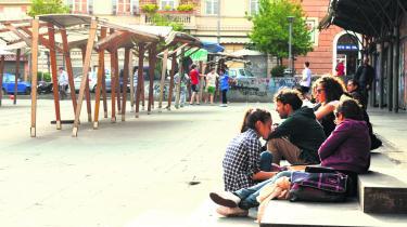 Få minutters gang fra turistgaderne i Trastevere udfolder et anderledes roligt og lokalt liv sig på Piazza San Cosimato, hvor kvarterets børn leger tagfat og spiller bold, når der ikke er marked. Foto: Jakob Jørgensen Vestergaard