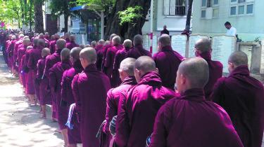 Mandalays munke, her i procession igennem byen, opsøger det stigende antal turister for at øve sig på deres engelskkundskaber. Foto: Martine Stock