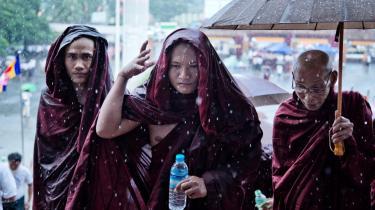 Buddhistiske munke trodser regnen i byen Yangon for at deltage i fejringen af fire nye love om 'race og religion', der blev vedtaget i starten af oktober. Lovene er blevet kritiseret for at diskriminere mod kvinder og det muslimske mindretal i Myanmar.