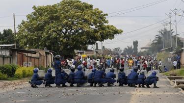 Burundi er fattigt, og mange indbyggere har kun strøm to gange om ugen. Nu satses der stort på solenergi. Men politiske uroligheder præger landet, fordi præsident Pierre Nkurunziza vil stille op til en tredje og ulovlig valgperiode. Politiet nedkæmpede brutalt protesterne i slutningen af april (billedet) , og mindst 100 mennesker mistede  livet i i urolighederne.