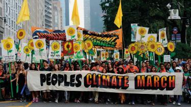 Miljøaktivister i New York kræver ved en stor demonstration en mere klimavenlig politik for, at vi kan redde kloden. Fra Naomi Kleins film 'Intet bliver som før'.