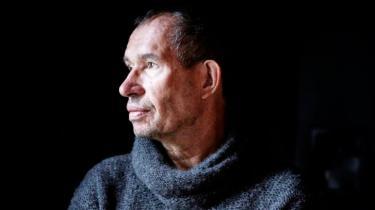 Carsten Jensen fanger effektivt krigens gru og Afghanistans tragedie. Men det hæsblæsende plot og de moraliserende indslag skæmmer 'Den første sten'