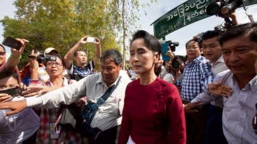 Aung San Suu Kyi forlader et stemmested i Yangon.