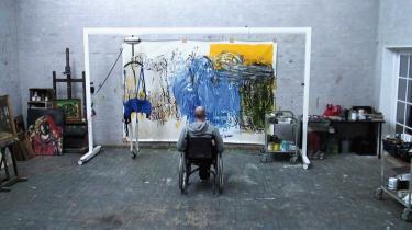 'Mand falder' er et stærkt møde med maleriet som et must, men også af en markant person, som med egne ord måske er blevet lidt mildere af det tragiske sygdomsforløb.