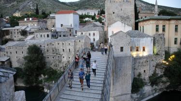 Under krigen blev Mostars kendte bro skudt i stykker af kroatiske styrker. Byen blev delt, så vestbredden af floden blev kroatisk og østsiden bosniakisk, og opdelingen hænger ved den dag i dag. I 2004 blev broen genopført og er igen et yndet turistmål.