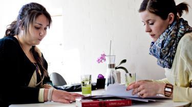 Unge universitetsstuderende fra Aarhus har hjulpet tosprogede med lektier som en del af mentorordningen Regeringen vil nu afskaffe ordningen, selv om den har vist sig særdeles effektiv.   Arkiv