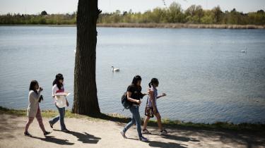 Aupair piger fra Filippinerne mødes ved Gentofte Sø og spiser pizza og snakker.