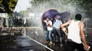 Alle forsøg på at opretholde Europas grænser med vold og magt betyder en ubærlig mængde af synlig lidelse, og det åbner debatten om andre grænser: Grænser for, hvad vi vil acceptere af menneskelig elendighed, og grænser for, hvor mange flygtninge vi kan modtage.