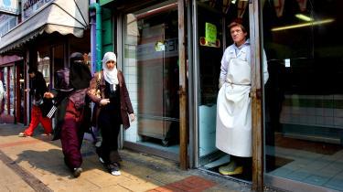 Da London efter terrorangrebet i 2005 blev betragtet som den islamistiske terrorismes hovedstad – Londonistan – hævdede franske politikere, at multikulturalismen havde skabt splittelse i stedet for et sæt af fælles værdier og en følelse af nationalt sammenhold i det britiske samfund. Men det ironiske er, at den franske politik fra et helt anderledes udgangspunkt er endt nogenlunde samme sted.