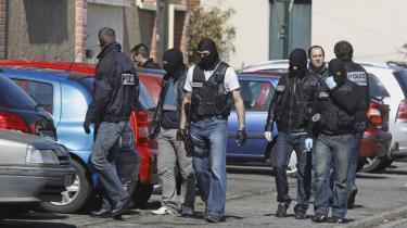 Franske betjente leder efter Mohamed Merah udenfor hans hjem i Toulouse: Merah nåede at dræbe syv mennesker inden han selv blev dræbt for tre år siden. En af de dræbte var Imad Ibn Ziaten, fransk soldat ved et faldskærmsregiment i Toulouse. Efter drabet har Imads mor Latifa Ibn Ziaten forsøgt at forstå den bagvedliggende desperation hos de unge, der bliver drevet ud i terror.