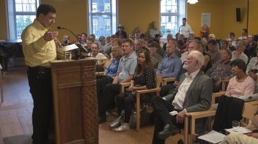 Den tidligere islamist Ahmed Akkari taler til et møde i Trykkefrihedsselskabet med deltagelse af blandt andre Lars Hedegaard. Arkiv