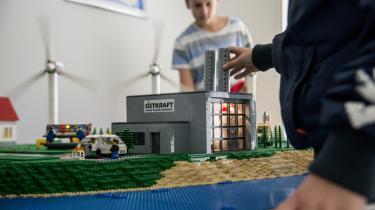 Elever fra Østre skole i Rønne studerer Lego-modellen af smart grid Island Bornholm. I 2014 fik 600 elever undervisning i EcoGrid i Bornholms demonstrationshus Villa Smart. Foto: Østkraft