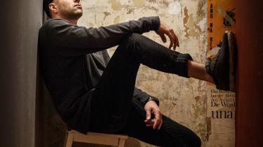 Rapper og skuespiller Zaki Youssef har været outsider det meste af sit liv. Som teenager skilte han sig ud fra vennerne, som var mere til hiphop end scenekunst, men på teaterscenen bliver han ofte opfattet som et eksotisk indslag. Nu bruger han sit dobbeltblik i den delvist selvbiografiske forestilling 'Jeg hører stemmer', der handler om danskhed, ytringsfrihed og os og dem