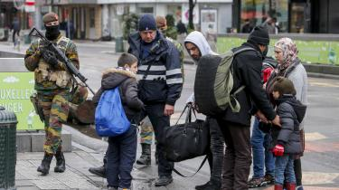 Fodgængere får kontrolleret deres tasker af belgisk politi og militær. Der har de seneste dage været erklæret undtagelsestilstand i hovedstaden, Bruxelles.